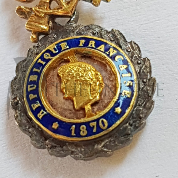 medaglia con diamanti